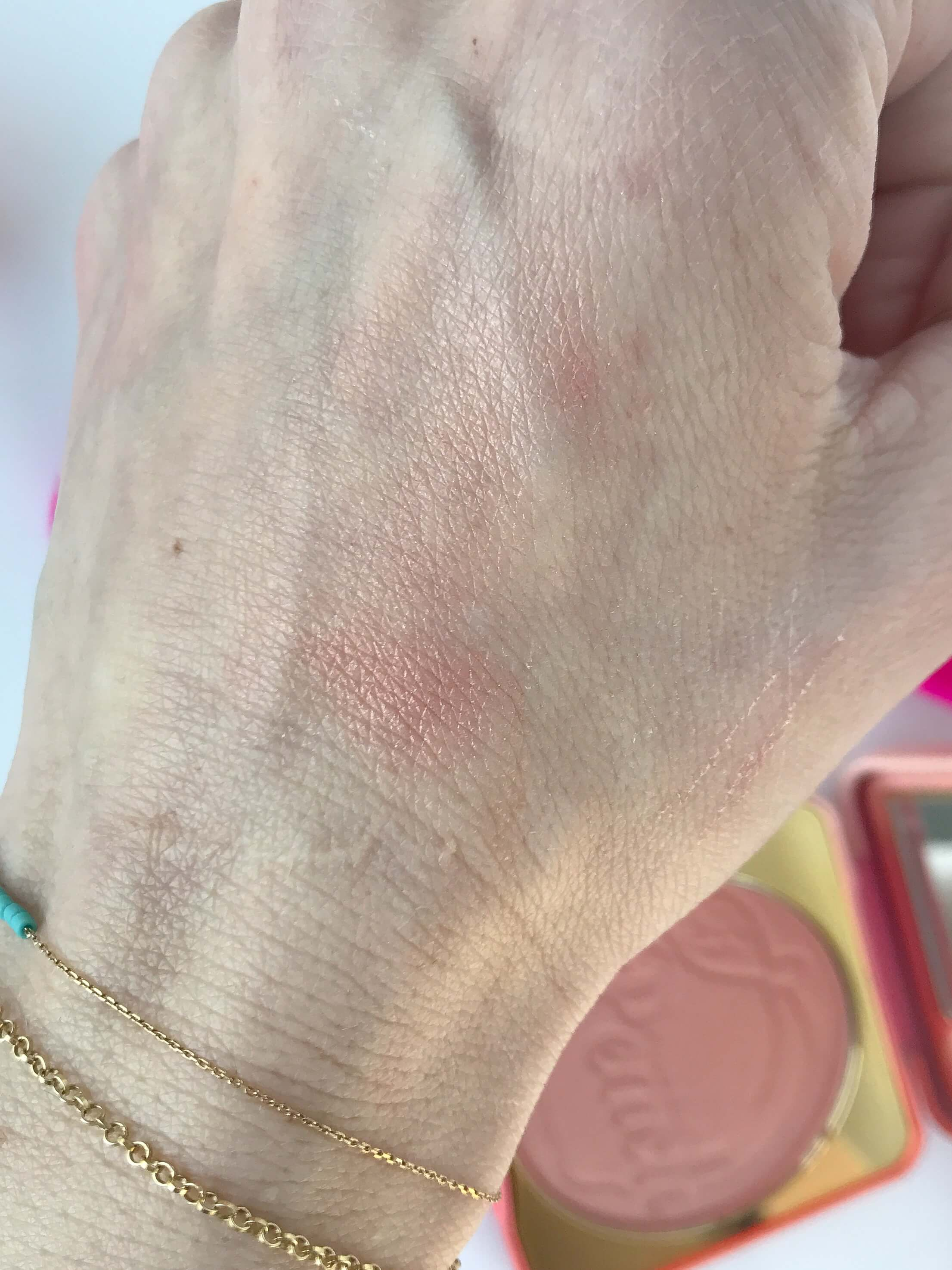 Too Faced róż Papa Don't Peach swatch