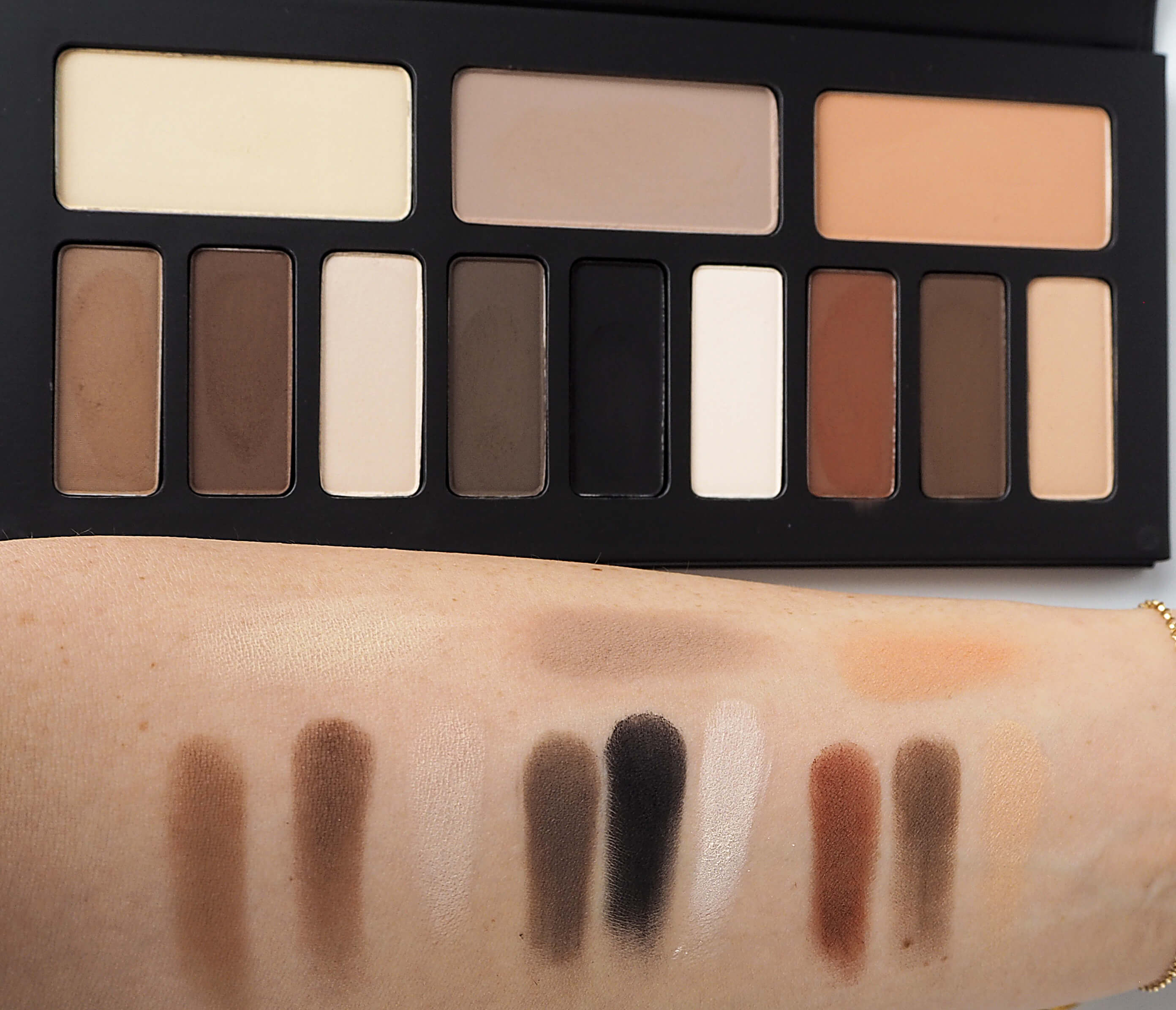 SWATCHE KAT VON D Shade & Light Contour Eye Palette