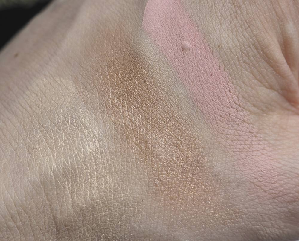 Swatch Illamasqua Tremble Powder Blusher