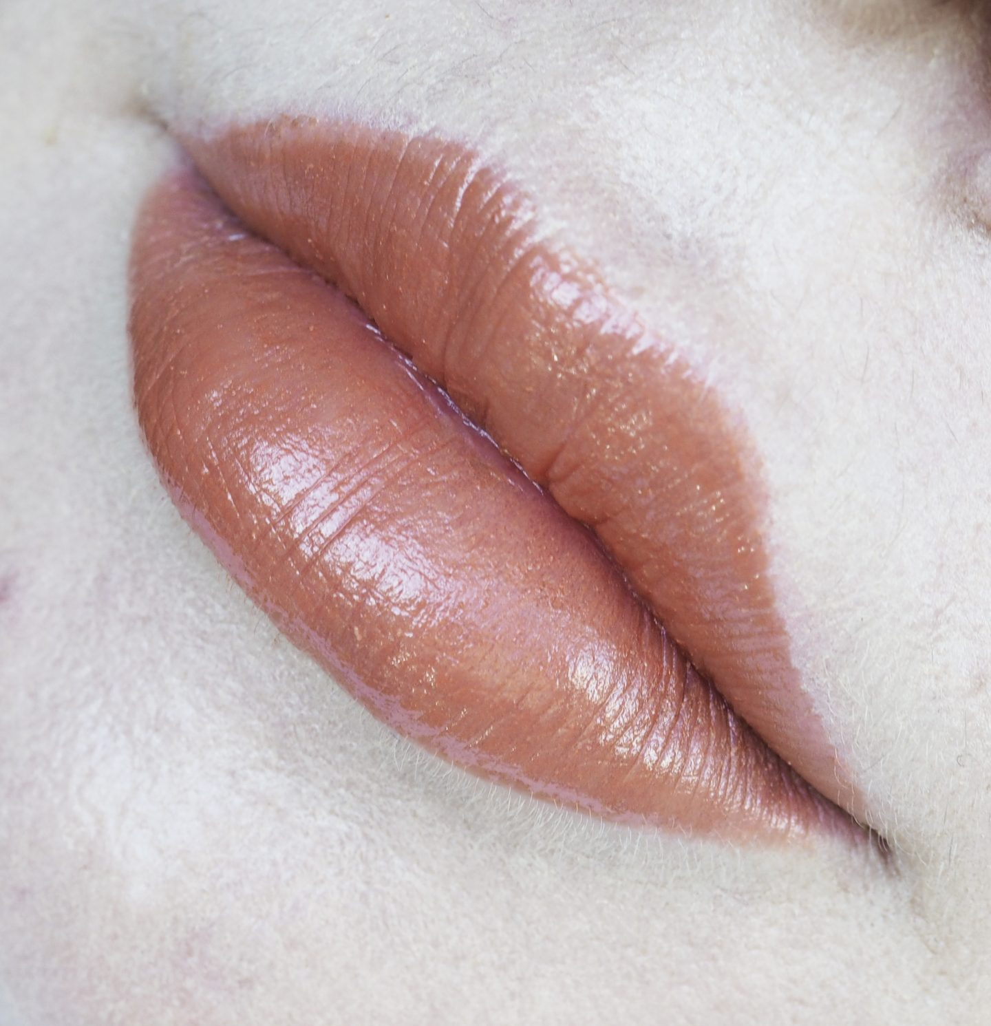 swatches Charlotte Tilbury Stoned Rose Kissing Lipstick
